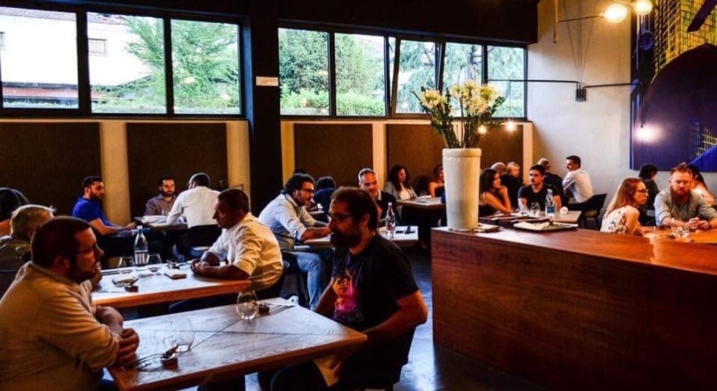 Sala con persone pranzo